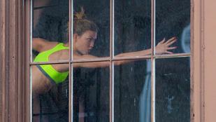 Az ablakon túl egy modell tökéletesíti testét