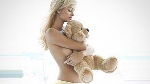 Paris Hilton bugyiban szorítja mackóját