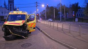 Mentő és személyautó ütközött a Kerepesi úton