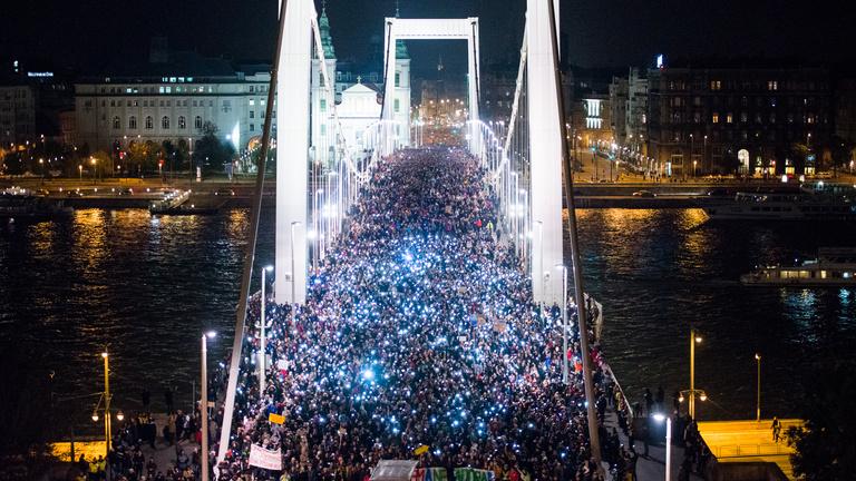 Tíz esztendeje tüntetésekkel és botrányokkal zárjuk az évet