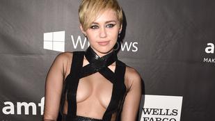 Csak fekete szalagok takarták Miley Cyrus mellét