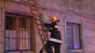 Égő házból mentették a lakókat