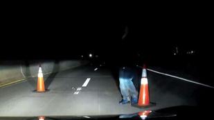 Éjszaka egyedül autózik, és akkor elállja az útját egy idegen