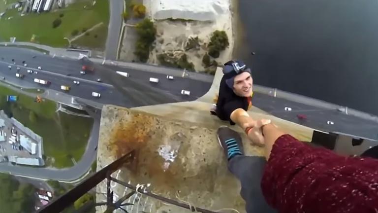 Extrém: társába csimpaszkodva lógott 119 m magasról
