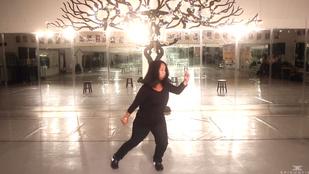 Elképesztő táncot nyom, pedig semmit nem hall ez a menő anyuka
