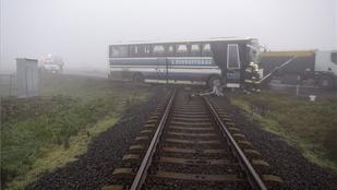 Fennakadt a síneken egy busz Tiszaföldvárnál
