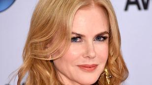 Nicole Kidman csipkében villantott mellbimbót