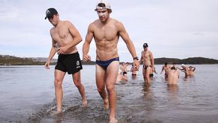 Nagydarab futballisták kicsi fürdőruhában strandoltak