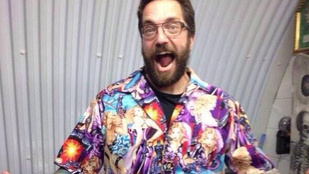 Csöcsös inget viselt a tudós, nagy a felháborodás