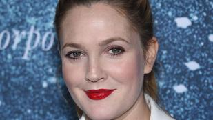 De miért tették ezt Drew Barrymore szájával?
