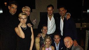 Scarlett Johansson rövid hajú és szemüveges lett