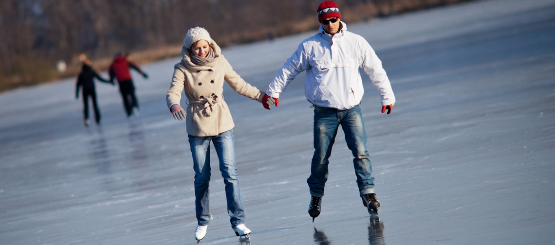 stockfresh 1582956 couple-ice-skating-outdoors-on-a-pond sizeM