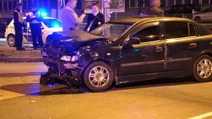 Tűzoltók vágták ki az összeroncsolódott Audiból
