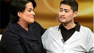 A terhes férfi gyereket szült, akit volt felesége ketrecbe zárt