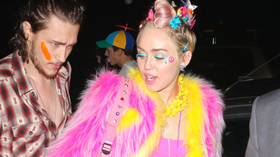 Rózsaszín műpéniszen lovagolt Miley Cyrus a születésnapján
