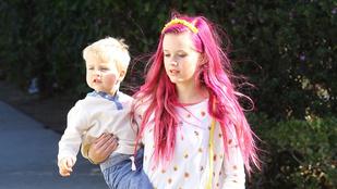 Reese Witherspoon lánya rózsaszínre festette a haját