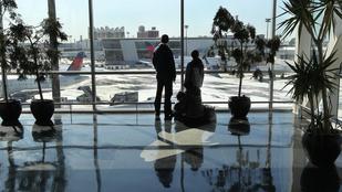 Mennyezetmászó meztelen férfi őrjöngött a bostoni reptéren