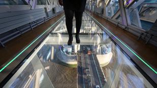 Két hét után már be is tört a Tower Bridge üvegsétánya
