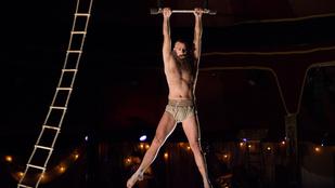 Az akrobata Mozes hatalmas szakállal trükközik