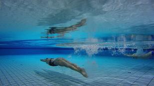 Így siklik Jakabos a víz alatt