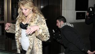 Courtney Love tökrészegen fetrengett egy autó hátsó ülésén