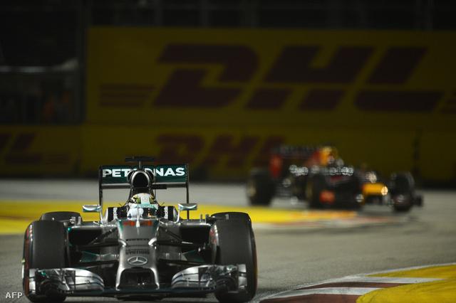 Elöl a Merci, háttérben a Red Bull-Renault