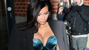 Kardashian most összenyomott melleit mutogatja