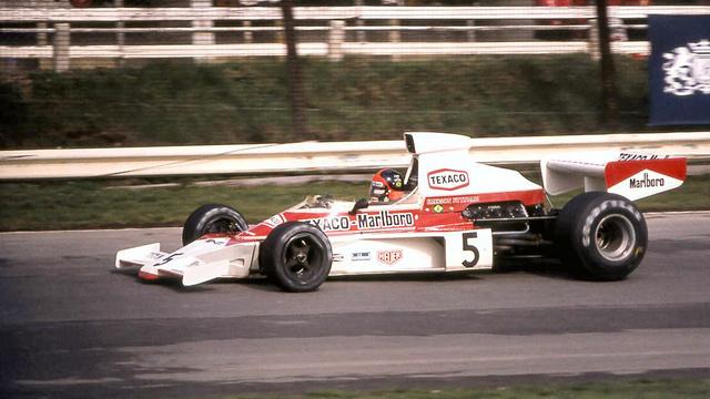 McLaren M23 Formula 1-es versenyautó, 1974-ből. 575 kiló, kézi váltó, 490 lóerős V8-as Ford motor és kormány mögött a bajnok, Fittipaldi