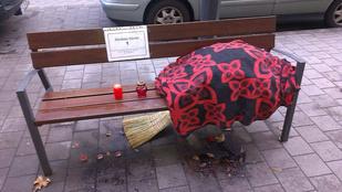 Emléktáblát kapott a  Lövőház utcai hajléktalan bácsi