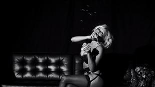 Pamela Anderson fehérneműben várja a karácsonyt