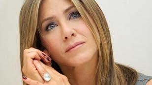 Jennifer Anistont félmeztelenül fotózták