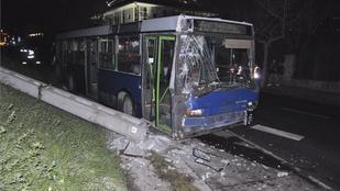 Rosszul lett a busz sofőrje, villanyoszlopnak ütköztek