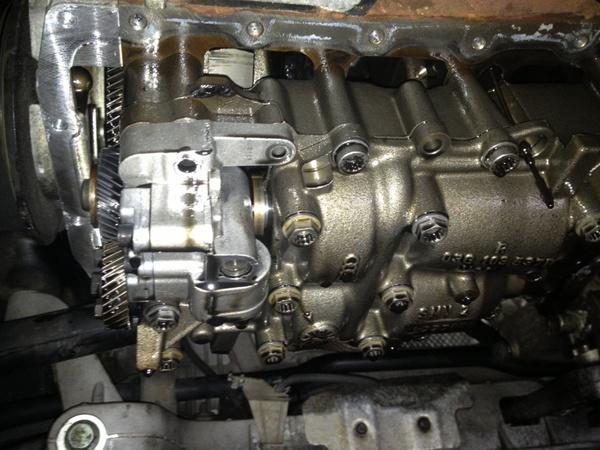 Bal oldalon, a motor alján, a fényes doboz az olajszivattyú-kiegyensúlyozótengely hajtása
