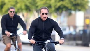 Schwarzenegger igazán cuki nagypapa a bringán
