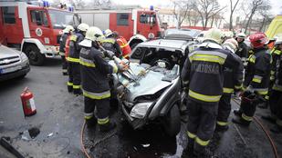 Villanyoszlopnak ütközött egy autó a Róbert Károly körúton