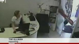 Óriási mázlival úszta meg egy nő, amikor autó csapódott az irodájába