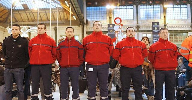 A Gare de Lyon pályaudvar dolgozói tisztelegnek a terrortámadás áldozatainak emléket előtt