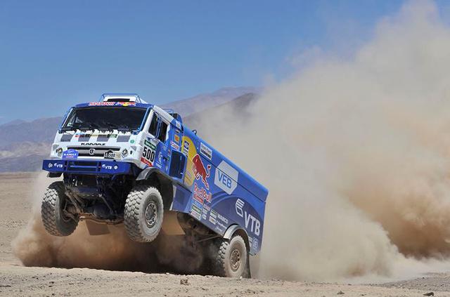 Andrey Karginov, Andrey Mokeev, illetve Igor Leonov orosz versenyzők és egy Kamaz versenykamion a Dakar tegnapi versenynapján