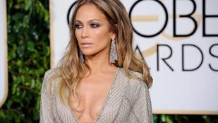 Jennifer Lopez ultradögösen buggyant ki a dekoltázsán