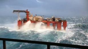 Így tűri a hatalmas hullámokat egy olajfúró platform