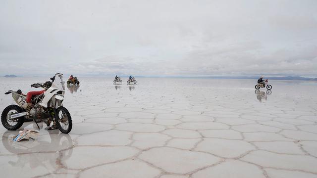 A sós víz azonnal kikezdte a motorok elektronikáját. Kellemetlen lehetett bokáig érő, jéghideg vízben szerelni