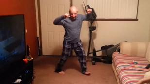 Menőség: elképesztő pizsamás táncot nyom az apuka