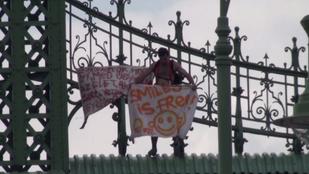 Utcaseprésre ítélték, mert meztelenül mászott fel a Szabadság hídra