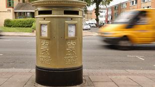 Ez jár annak, aki postaládával szexel az utcán