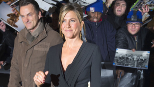 Jennifer Aniston szó szerint kis feketében érkezett
