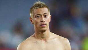 És szőke japán focistát látott már félmeztelenül?