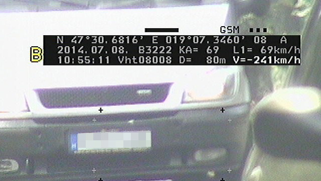 A kép érdekességeit az előző cikkben elemeztük. Most csak röviden. Egy Video HT márkájú, magyar gyártmányú lézeres sebességmérővel készítették, az út mellől. A mérés jó eséllyel hibás, ezt maga a gyártó állította, akinek megmutattam a felvételt. Ilyesmi előfordul néha, de a rendőrség nem mindig veszi észre a hibát. Ilyenkor kiküldik a csekket a vétlen autósnak is
