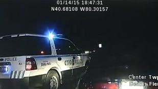 Elkapták, megbilincselték, majd megpróbálta ellopni a rendőrautót