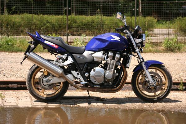 2008-as Honda CB1300. Már a vállaltan vízhűtéses blokkal. Nem csak végtelenül megbízható, hanem majdnem tökéletes