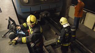 Füstölt a metró szerda este a Dózsa György úton